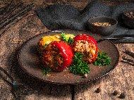 Пълнени чушки (пиперки) с ориз, кайма, морков и подправки печени на фурна